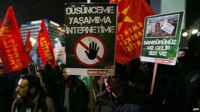 Manifestazione a Ankara per protestare contro la controversa legge che promuove la censura di Internet