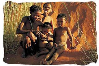 Kalahari - Famiglia boscimane (Gruppo etnico più antico dell'Africa)